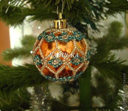 """""""Новый год к нам мчится!""""  Все быстрее и быстрее... Вот такие шары украшают нашу елочку, правда всего 2-3 штуки,  как правило они расходятся на подарки.  Это большай шар, на нем бисерная """"попонка"""", т.е. украшение можно снять и надеть на другой шар.  Я так делаю, если шар стеклянный фото 3"""