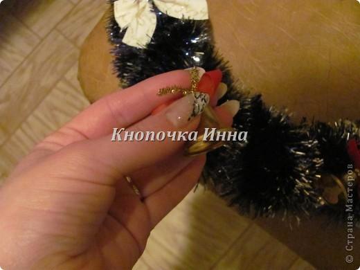 Для изготовления веночка на двери я взяла толстый кабель скотч и ножницы ,на фото уже готовый  каркас фото 2