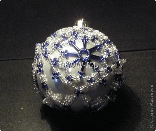 """""""Новый год к нам мчится!""""  Все быстрее и быстрее... Вот такие шары украшают нашу елочку, правда всего 2-3 штуки,  как правило они расходятся на подарки.  Это большай шар, на нем бисерная """"попонка"""", т.е. украшение можно снять и надеть на другой шар.  Я так делаю, если шар стеклянный фото 9"""