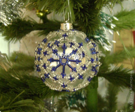 """""""Новый год к нам мчится!""""  Все быстрее и быстрее... Вот такие шары украшают нашу елочку, правда всего 2-3 штуки,  как правило они расходятся на подарки.  Это большай шар, на нем бисерная """"попонка"""", т.е. украшение можно снять и надеть на другой шар.  Я так делаю, если шар стеклянный фото 7"""