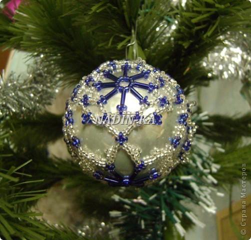 """""""Новый год к нам мчится!""""  Все быстрее и быстрее... Вот такие шары украшают нашу елочку, правда всего 2-3 штуки,  как правило они расходятся на подарки.  Это большай шар, на нем бисерная """"попонка"""", т.е. украшение можно снять и надеть на другой шар.  Я так делаю, если шар стеклянный фото 8"""