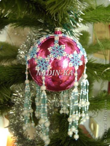Бисероплетение - новогодние шарики, оплетенные бисером из бисера.