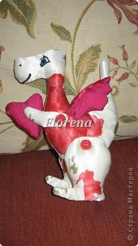 Цветочный дракон в подарок дочке на новый год.Сшился легко и быстро.:)Ткань тонкая,поэтому предварительно посадила её на нетканый флизелин.Лапки на пуговках, двигаются. фото 1