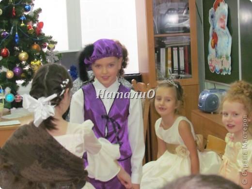 """Шила костюм Снегурочки 5 лет назад, решила показать, только фото с праздника, отдельно нет. Выкройка по детскому халатику, шапочка как говорится """"на глаз"""" из 4 частей. Мех+пайетки фото 10"""