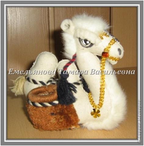 Верблюд – объемный сувенир. Его выполняют из сукна серого, белого, коричневого, кофейного цвета. Дно из картона и основной ткани. Грива,  хвост и грудка выполнены из  меха. Украшение – скрученный шнурок из шерстяных ниток двух цветов  в несколько сложений. Попона выполнена из любой яркой ткани. Украшением верблюда являются разные бусы, бисер, вышивка и т. д.  фото 7