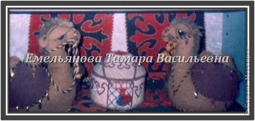 Верблюд – объемный сувенир. Его выполняют из сукна серого, белого, коричневого, кофейного цвета. Дно из картона и основной ткани. Грива,  хвост и грудка выполнены из  меха. Украшение – скрученный шнурок из шерстяных ниток двух цветов  в несколько сложений. Попона выполнена из любой яркой ткани. Украшением верблюда являются разные бусы, бисер, вышивка и т. д.  фото 9