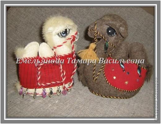 Верблюд – объемный сувенир. Его выполняют из сукна серого, белого, коричневого, кофейного цвета. Дно из картона и основной ткани. Грива,  хвост и грудка выполнены из  меха. Украшение – скрученный шнурок из шерстяных ниток двух цветов  в несколько сложений. Попона выполнена из любой яркой ткани. Украшением верблюда являются разные бусы, бисер, вышивка и т. д.  фото 2