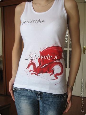 Итак, поиграв в игру Dragon Age, мне уж очень захотелось маечку с логотипом, но где заказать не знала а в фотолабораторию идти не хотелось, ну и в принципе пришла идея срисовать акрилом)))