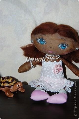 Это мой дебют в пошиве чердачной куклы, дааааа уж загореленькая она у меня получилась, я подумала сначала назвать ее Веснянка ))))))))))0но не больно она подходила под это имя, затем Смуглянка))))  как и все девочки уж такая кокетка и деловушечка фото 3