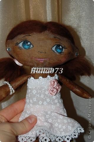 Это мой дебют в пошиве чердачной куклы, дааааа уж загореленькая она у меня получилась, я подумала сначала назвать ее Веснянка ))))))))))0но не больно она подходила под это имя, затем Смуглянка))))  как и все девочки уж такая кокетка и деловушечка фото 2