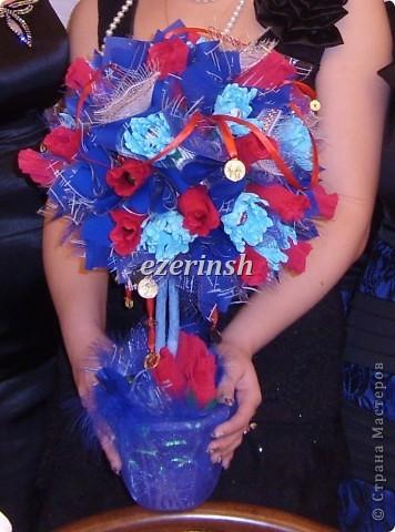 Красные бутоны роз и голубые хризантемки...
