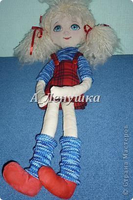 """Попробовала сшить куклу по выкройке, которую нашла у Настиной бабушки. Получила от процесса массу удовольствия. Муж, когда увидел """"тушку"""" куклы в печке (деревенской) пришел в шок. Рассказывал. что целый день прислушивался к себе, ждал, где же у него начнет болеть (ну это он так шутил, я думаю). Успокоился, когда у куклы появилось лицо. Похоже, я долго еще буду этим болеть. фото 1"""