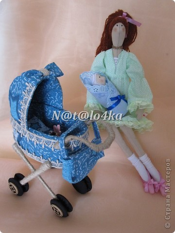 Молодая мамочка на прогулке со своим малышом.  ... фото 4