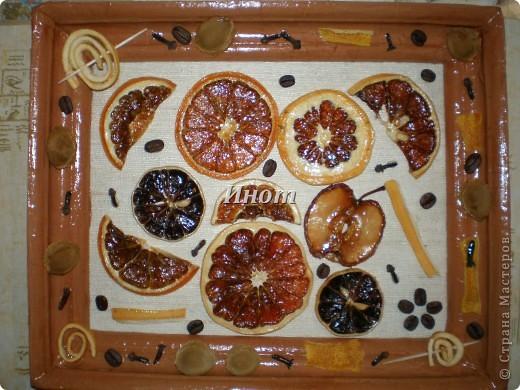 Для создания этого панно были высушены цитрусовые (апельсин, лимон и грейпфрут), кусочек яблока и покрыты акриловым лаком. Также использовала для украшения зерна кофе, гвоздику, абрикосовые косточки и сушеные шкурки лимона и апельсина. фото 1