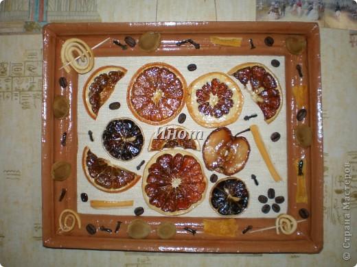 Для создания этого панно были высушены цитрусовые (апельсин, лимон и грейпфрут), кусочек яблока и покрыты акриловым лаком. Также использовала для украшения зерна кофе, гвоздику, абрикосовые косточки и сушеные шкурки лимона и апельсина. фото 2