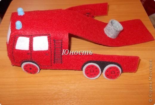 Девочки, вот обещанная мной пожарная машина! Она еще не закончена, не оформлены кабина и задняя часть, не пришито дно, но в целом видно, что получится. фото 12