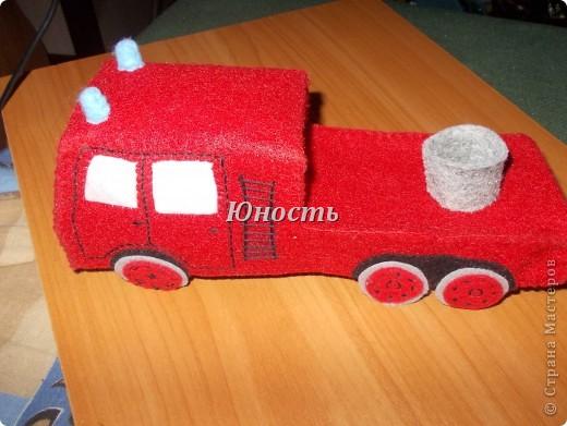 Девочки, вот обещанная мной пожарная машина! Она еще не закончена, не оформлены кабина и задняя часть, не пришито дно, но в целом видно, что получится. фото 14