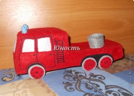 Девочки, вот обещанная мной пожарная машина! Она еще не закончена, не оформлены кабина и задняя часть, не пришито дно, но в целом видно, что получится. фото 15