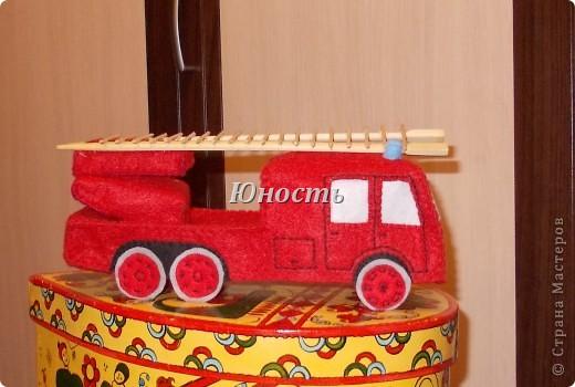 Девочки, вот обещанная мной пожарная машина! Она еще не закончена, не оформлены кабина и задняя часть, не пришито дно, но в целом видно, что получится. фото 28