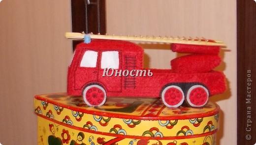 Девочки, вот обещанная мной пожарная машина! Она еще не закончена, не оформлены кабина и задняя часть, не пришито дно, но в целом видно, что получится. фото 29