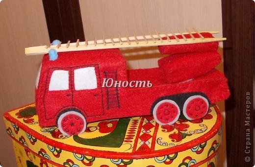 Девочки, вот обещанная мной пожарная машина! Она еще не закончена, не оформлены кабина и задняя часть, не пришито дно, но в целом видно, что получится. фото 2