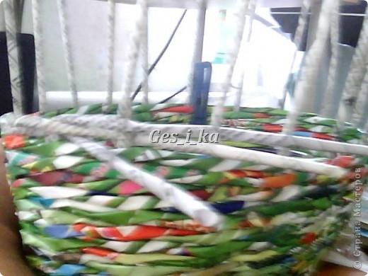 сплеласть такая вот плетенка из рекламок, специально подбирала, чтоб не красить, люблю пестроту. фото 7