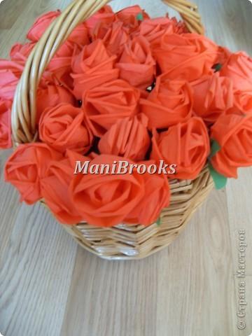 На день рождение мамы мне хотелось придумать что-нибудь оригинальное. Моя мама очень любит розы, поэтому я и решилась сделать корзинку роз. Вот и получились у меня за три дня 39 алых роз. фото 2