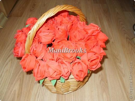 На день рождение мамы мне хотелось придумать что-нибудь оригинальное. Моя мама очень любит розы, поэтому я и решилась сделать корзинку роз. Вот и получились у меня за три дня 39 алых роз. фото 1