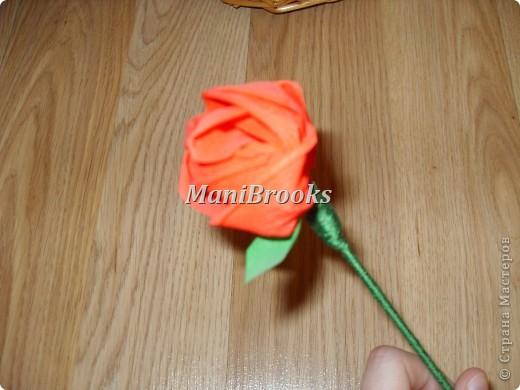 На день рождение мамы мне хотелось придумать что-нибудь оригинальное. Моя мама очень любит розы, поэтому я и решилась сделать корзинку роз. Вот и получились у меня за три дня 39 алых роз. фото 3