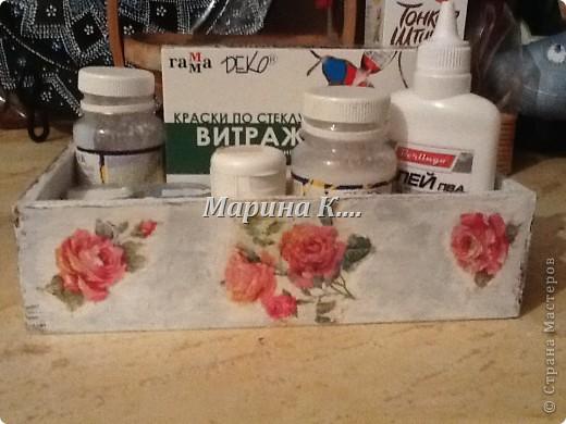 """Муж купил себе набор: шампунь, 2 геля для душа и мыло. Они были вложены в деревянную коробочку. Муж, зная мои увлечения, распечатал набор, расставил все на полочки в ванной и культурненько поставил коробочку на мой рабочий стол со словами: """"Тебе пригодится!"""" )))) Пригодилась! Сделала себе коробочку под клей, лаки, краски. Вот, что получилось. Не знаю, похоже на шебби-шик или нет.... фото 2"""