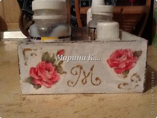"""Муж купил себе набор: шампунь, 2 геля для душа и мыло. Они были вложены в деревянную коробочку. Муж, зная мои увлечения, распечатал набор, расставил все на полочки в ванной и культурненько поставил коробочку на мой рабочий стол со словами: """"Тебе пригодится!"""" )))) Пригодилась! Сделала себе коробочку под клей, лаки, краски. Вот, что получилось. Не знаю, похоже на шебби-шик или нет.... фото 4"""