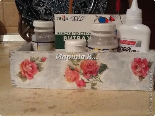 """Муж купил себе набор: шампунь, 2 геля для душа и мыло. Они были вложены в деревянную коробочку. Муж, зная мои увлечения, распечатал набор, расставил все на полочки в ванной и культурненько поставил коробочку на мой рабочий стол со словами: """"Тебе пригодится!"""" )))) Пригодилась! Сделала себе коробочку под клей, лаки, краски. Вот, что получилось. Не знаю, похоже на шебби-шик или нет.... фото 1"""