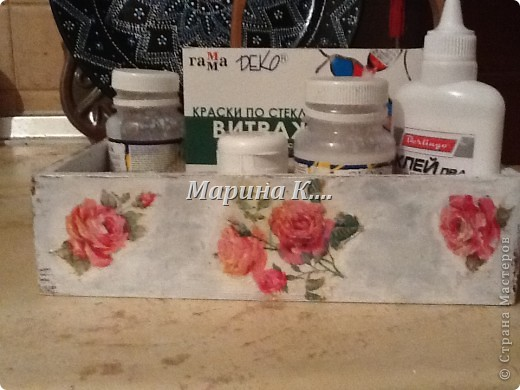 """Муж купил себе набор: шампунь, 2 геля для душа и мыло. Они были вложены в деревянную коробочку. Муж, зная мои увлечения, распечатал набор, расставил все на полочки в ванной и культурненько поставил коробочку на мой рабочий стол со словами: """"Тебе пригодится!"""" )))) Пригодилась! Сделала себе коробочку под клей, лаки, краски. Вот, что получилось. Не знаю, похоже на шебби-шик или нет.... фото 6"""