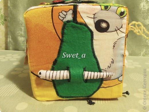 Кубик для племянника. Божья коровка растегивается, внутри на ткани пчелка. Ножки-резиночки. фото 2