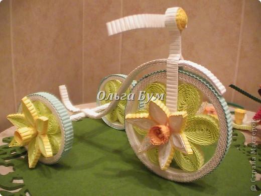 Велосипед из гофрокартона с корзинкой цветов. Работа с курсов, но в другом цвете и ... колёса у моего КРУТЯТСЯ! Хотелось сделать его по-весеннему нарядным и мобильным, чтоб и на Пасху сгодился и потом для настроения. фото 7