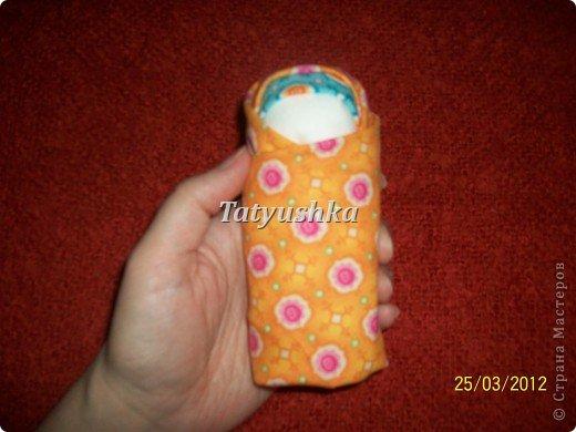 Тряпичные куклы, а куклы-пеленашки в особенности, были даже в самых бедных крестьянских семьях. Из ткани и лоскутков их крутили(кукла-закрутка), пеленали(пеленашки) и шили для детей мамы, бабушки, старшие сестры, а где-то лет с пяти девочка и сама могла изготовить себе куклу. В крестьянских семьях к игрушкам относились очень бережно, их никогда не разбрасывали по избе, но всегда убирали в короб или корзину. Попробуем научиться делать простую пеленашку, которую наши прабабули крутили на раз. фото 25