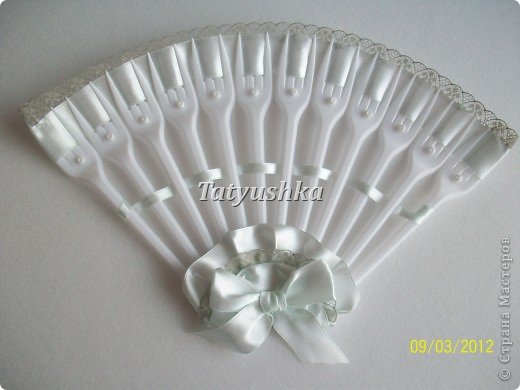 Попробуем сделать простой веер из пластмассовых      одноразовых вилок. фото 38