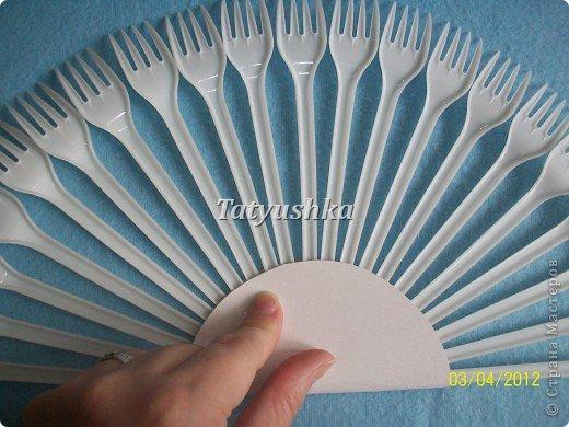 Попробуем сделать простой веер из пластмассовых одноразовых вилок. фото 12