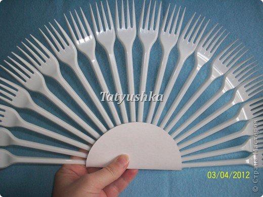 Попробуем сделать простой веер из пластмассовых одноразовых вилок. фото 13