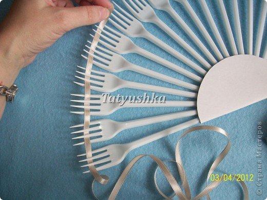 Попробуем сделать простой веер из пластмассовых одноразовых вилок. фото 14