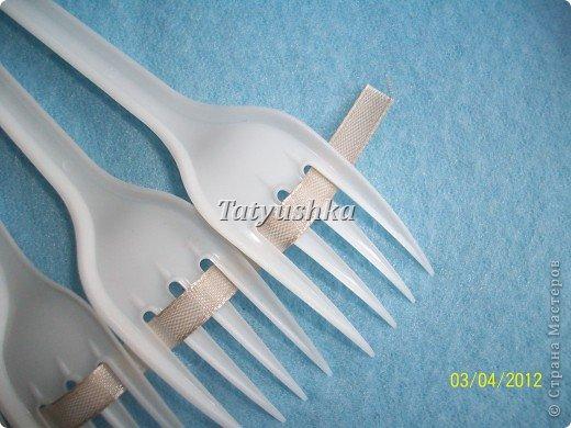 Попробуем сделать простой веер из пластмассовых      одноразовых вилок. фото 15