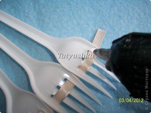 Попробуем сделать простой веер из пластмассовых одноразовых вилок. фото 16
