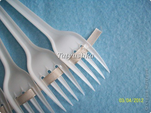 Попробуем сделать простой веер из пластмассовых      одноразовых вилок. фото 17