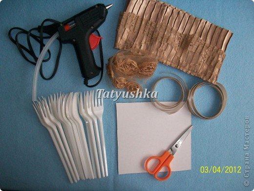 Попробуем сделать простой веер из пластмассовых      одноразовых вилок. фото 2