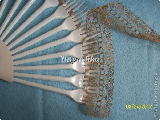 Попробуем сделать простой веер из пластмассовых      одноразовых вилок. фото 20