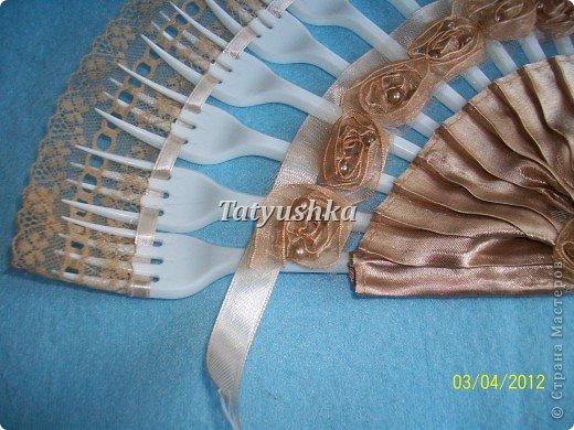 Попробуем сделать простой веер из пластмассовых      одноразовых вилок. фото 30