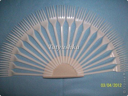 Попробуем сделать простой веер из пластмассовых одноразовых вилок. фото 7