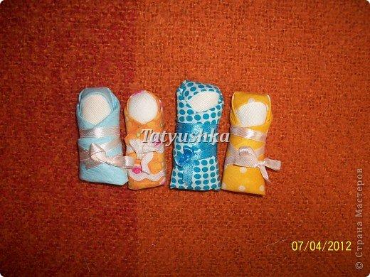 Тряпичные куклы, а куклы-пеленашки в особенности, были даже в самых бедных крестьянских семьях. Из ткани и лоскутков их крутили(кукла-закрутка), пеленали(пеленашки) и шили для детей мамы, бабушки, старшие сестры, а где-то лет с пяти девочка и сама могла изготовить себе куклу. В крестьянских семьях к игрушкам относились очень бережно, их никогда не разбрасывали по избе, но всегда убирали в короб или корзину. Попробуем научиться делать простую пеленашку, которую наши прабабули крутили на раз. фото 43