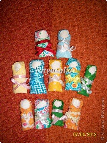 Тряпичные куклы, а куклы-пеленашки в особенности, были даже в самых бедных крестьянских семьях. Из ткани и лоскутков их крутили(кукла-закрутка), пеленали(пеленашки) и шили для детей мамы, бабушки, старшие сестры, а где-то лет с пяти девочка и сама могла изготовить себе куклу. В крестьянских семьях к игрушкам относились очень бережно, их никогда не разбрасывали по избе, но всегда убирали в короб или корзину. Попробуем научиться делать простую пеленашку, которую наши прабабули крутили на раз. фото 45