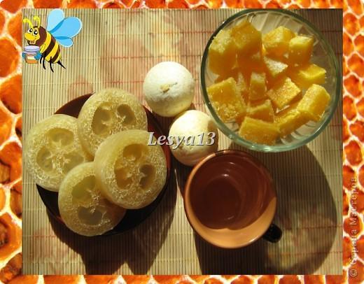 <b>Мед</b> - это не только пища и здоровье, но и красота. Мёд - сложный продукт, в состав которого входит очень много элементов: глюкоза, фруктоза, сахароза, белковые вещества, органические кислоты, витамины. Он содержит также соли фосфора, железа и натрия, кальция, калия, а также другие макро- и микроэлементы. Наличие в мёде алюминия определяет его противовоспалительное, вяжущее действие, бор способствует правильному делению клеток, железо - нормальному функционированию тканей, клеток и организма в целом. Мёд улучшает клеточное дыхание, стимулирует функцию нервной системы, секрецию желёз. За счёт того, что мёд обладает способностью легко проникать через поры, даже при наружном применении его в косметических целях он не только положительно влияет на кожу, но и несёт свои целебные свойства всему организму. Медовые маски смягчают и питают кожу, повышают ее тонус.  фото 2